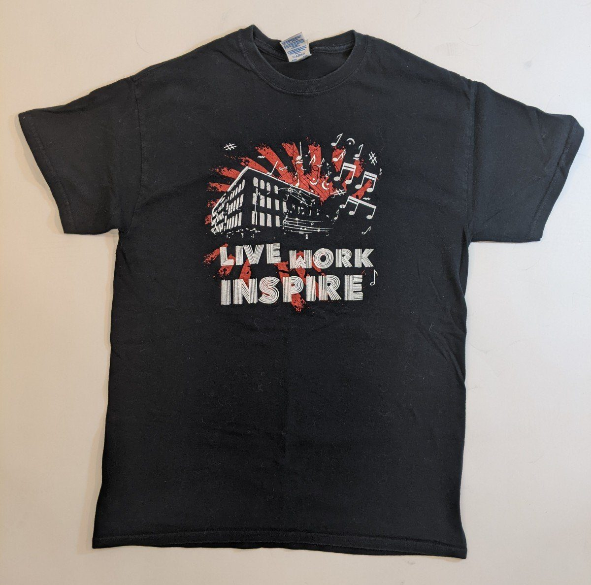 Albany Barn LIVE WORK INSPIRE Tee (black/red)